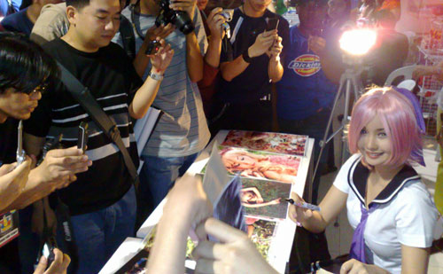 Alodia Signs Autographs at ToyCon